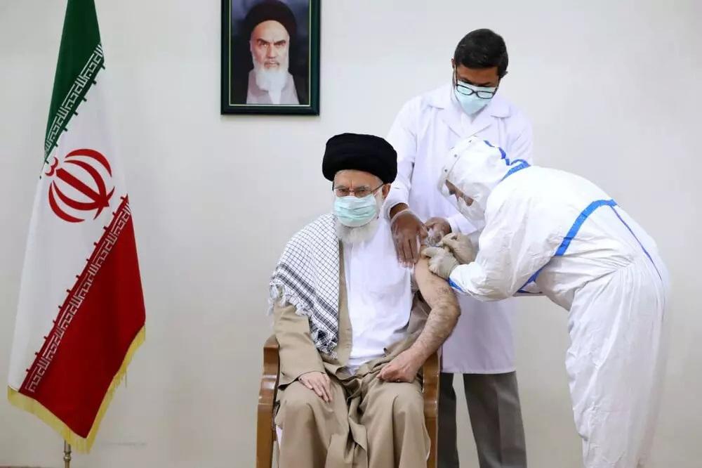 رهبر انقلاب در حال دریافت واکسن ایرانی کرونا و تبلغی عملی برای واکسیناسیون
